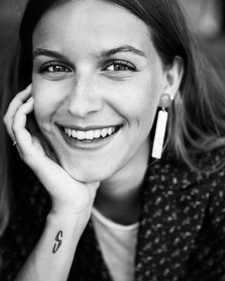 Amalie's tinder profile image on tinderwatch.com