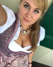 Julia's tinder profile image on tinderstalk.com